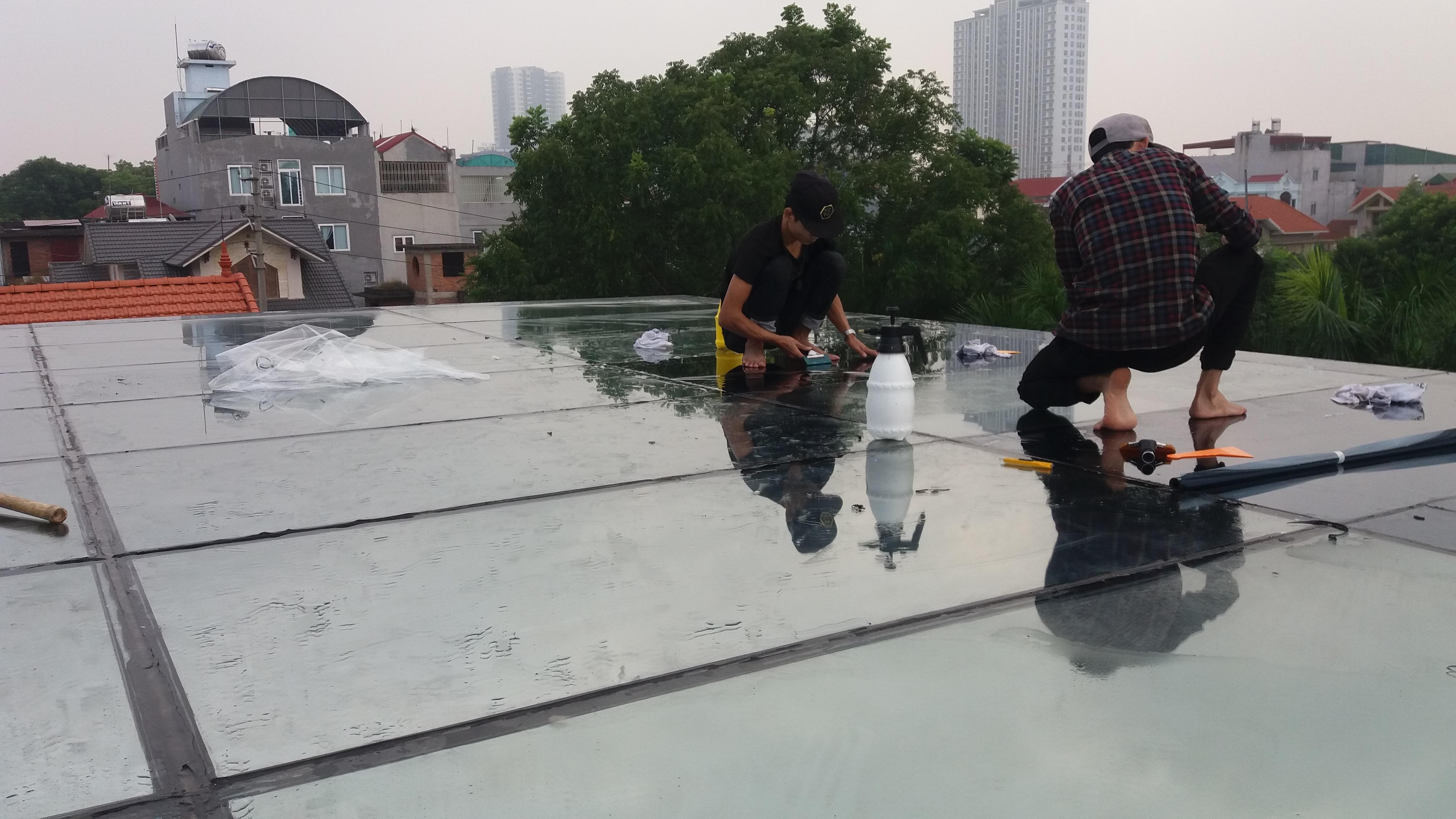 dán phim cách nhiệt chống nắng nóng mái kính